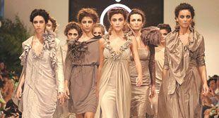 """Başarılı modacı Özlem Süer """"Trilogy"""" isimli İlkbahar - Yaz 2010 kreasyonunu tanıttı. Antik çağlardan beri sorgulanan güzellik kavramının, mitolojideki üç güzel  Athena, Hera ve Afrodit'e gönderme yapılarak sembolize edildiği performans büyük beğeni topladı.  Özlem Süer """"Bu Türk Modası'na karşı hepimizin sorumluluğu olan ilk seans. İstanbul'un bize verdiklerine karşılık belki de ilk defa bizler güzel bir hediye verdik"""" diye konuştu."""