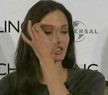 """Angelina Jolie  Filmde canlandırdığı anne karakterinin kendisini çok etkilediğini söyleyen Angelina Jolie """"Bu kadar etkilendim çünkü bu karakter benim anneme çok benziyordu"""" diye konuştu.   Jolie'nin annesi Marcheline Bertrand, Fransız- Kanadalı ve Kızılderili karışımı atalara sahipti. Güzel yıldızın babası ünlü aktör Jon Voight ile 1971'de evlenen Bertrand, 1978'de boşandı. Daha sonra Tom Bessamra ile evlenen Bertrand geçen yıl Ocak ayında yumurtalık kanseri nedeniyle yaşama veda etti. Bertrand, son nefesini verirken kızı Angelina da yanındaydı."""