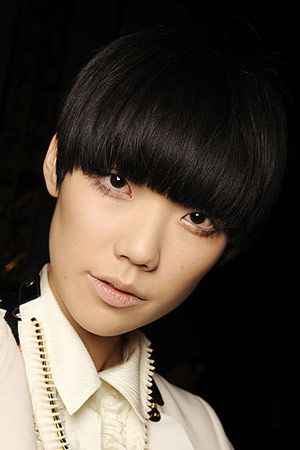 Tao Okamoto   Japonya doğumlu bu model sonbahar koleksiyonlarının yeni yüzü. Saçları ve bacaklarıyla tanınan model, tüm mankenlerine kakül taktırıp, Tao gibi görünmelerini isteyen Philip Lim'in ilham kaynağı olmuş. Son üç yıldır yükselmeye devam eden Tao'nun durmaya niyeti yok gibi. Moda dünyası tam da Avrupalı olmayan yeni yüzünü ararken çok doğru bir zamanda ortaya çıkan Tao, Forbes Dergisi'nin geçen yıl en çok kazanan 15 modeli listesinde yer almayı başardı.   Güzel modellerin daha çok fotoğrafını görmek için tıklayın!