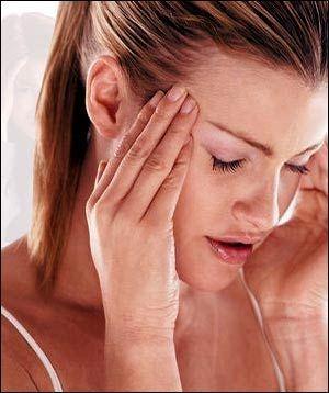 """Gün ışığı eksikliği hastalıkları nelerdir?  Geçmek bilmeyen sırt ağrıları, uyku düzensizlikleri, sürekli gerginlik ve kaygılanma, baş ağrısı, isteksizlik ve hepsinden önemlisi sürekli yorgunluk, bitkinlik hali. Sabah işe ya da okula başlarken dahi kendini yorgun ve uykusuz hisseden insanın ne denli verimli olabileceği tartışmalı kuşkusuz.  Çağdaş teknolojinin getirdiği olanakları ve konforu hızla kullanan ve tüketen insanoğlu, bir noktadan sonra bunun olumsuz yansımalarıyla karşı karşıya gelmiş durumda. İşte bu koşullardan dolayı, son yıllarda üzerinde giderek daha çok durulan ve önemi vurgulanan bir klinik tablodan bahsediliyor: """"Günışığı Eksikliği Hastalıkları"""". Bu rahatsızlık gün boyu kapalı mekânlarda çalışıp yeterli günışığı alamayan kişilerde ortaya çıkmakta ve zamanında önlem alınmadığı takdirde, kronik bir hal almaktadır.   Özellikle gündüzlerin kısaldığı kış mevsiminde daha çok önem kazanan bu eksiklik, melatonin ve serotonin hormonlarının düzensiz salınımıyla ilgili olduğu kadar beynimize gelen ışık uyarılarının azalmasıyla da bağlantılı.  Bazı insanlarda çok ciddi depresyon bulgularıyla seyreden ve """"Mevsimsel Afektif Bozukluk""""  olarak bilinen bu rahatsızlığın tedavisinde günlük ışık - terapi seansları uygulanmakta ve hastalar bu tedaviden çok yarar görmektedirler."""