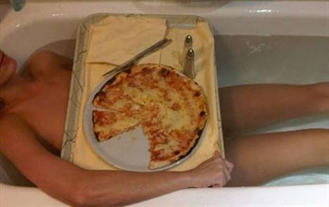 Çılgın şarkıcı Katty Perry Twitter'daki sayfasına küvette çıplak göründüğü bir fotoğrafını koydu. Göğüslerini de kocaman bir pizza ile kapattı.