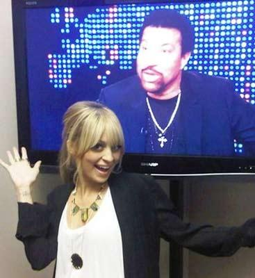 Nicole Richie ve arka planda babası Lionel Richie.