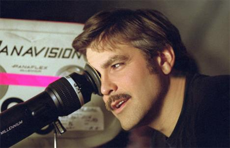 George Clooney (5 kez öldü) Hangi filmlerde: Return to Horror High / Red Surf / Kusursuz Fırtına (The Perfect Storm) / Tehlikeli Aklın İtirafları (Confessions of a Dangerous Mind) / Syriana