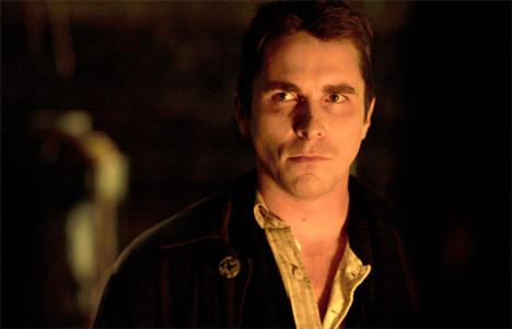 Christian Bale (8 kez öldü)  Hangi filmlerde: Anastasia: The Mystery of Anna / Henry V / Gizli Ajan (The Secret Agent) / İsa'yı Doğuran Meryem (Mary Mother of Jesus) / Korkusuz (Shaft) / Acımasız Hayat (Harsh Times) / Prestij (The Prestige) / 3:10 Treni (3:10 to Yuma)
