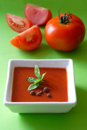 Domates çorbası için  Soğuk algınlığını yenmek için tavuk suyuna çorba tavsiye edilir. Ancak en baştan korunmak istiyorsan, en iyisi domates çorbasıdır. American Journal of Clinical Nutrition'daki bir çalışmada 10 katılımcı üç haftalığına domates ağırlıklı bir diyet uygulamış. Sonraki üç hafta boyunca da hiç domates yememiş. Yapılan tespitte domates diyetini uyguladıkları dönemde, hiç domates yemedikleri döneme göre hastalıklarla mücadele eden beyaz kan hücrelerinin serbest radikallerden % 38 daha az hasar aldıkları görülmüş.