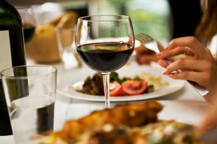 Önce şarap sonra akşam yemeği   Akşam yemeğiyle birlikte şarap içmek (kalbine yararlı olmakla birlikte), yemek zehirlenmesini daha bir şey olmadan engeller. Oregon State Üniversitesi araştırmacıları şarabın; koli basili, listeria ve salmonella gibi çeşitli hastalıklara sebebiyet veren mikrop ve bakterilerin oluşumunu engellediğini tespit etmişler. Laboratuar çalışmalarında şarabın içeriğini oluşturan; etanol, organik asitler ve düşük pH'ın, mikropların genetik yapısını karıştırdıkları anlaşılmış. Araştırmacılar bütün şarapların aynı etkiyi yarattığını ama kırmızının daha güçlü olduğunu söylüyor.