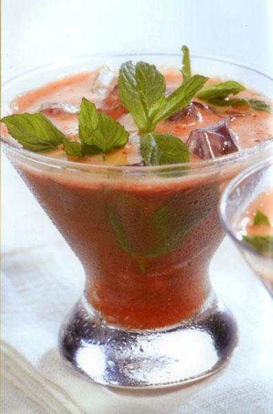 Yağ yakıcı  Kırmızı renkteki sebzeler kanın kıvamını ayarlayarak vücuttaki kan akışını hızlandırırlar. Bu da fazla yağlarınızın yanmasına yardımcı olur.  MALZEMELER (2 kişilik) 2 adet domates, 2 adet kereviz sapı, 2 yemek kaşığı balzamik, 1 adet limon, 1 tutam toz kırmızı biber   HAZIRLANIŞI Önce domateslerin daha sonra kereviz saplarının Moulinex Juice Machine Katı Meyve Presi ile sularını sıkın.  Ardından limonun suyunu sıkın, içerisine toz biberi ve balzamiği ekleyerek iyice karıştırın.  Buz doldurulmuş bardağın içine bu karışımı ekleyin ve servis edin.