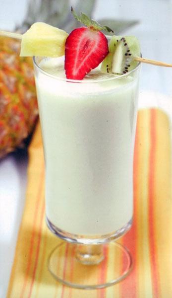 Pina Colada  MALZEMELER (2 kişilik) 2 fincan süt, 1/2 adet limon suyu, 4 dilim ananas, 1/2 adet muz, 2 yemek kaşığı hindistancevizi   HAZIRLANIŞI Bütün malzemeleri Moulinex Direct Cocktail Blender'ın haznesine doldurun ve karıştırın. Kıvamının daha akıcı olmasını isterseniz içerisine biraz süt ekleyebilirsiniz.  Buz doldurulmuş bir bardağın içine koyup servis edin.