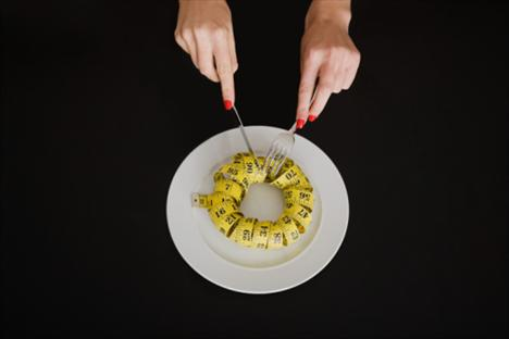 """2. TAKTİK: DİĞER ELİNLE YEMEK YE    NEYİ HEDEFLİYOR? DİKKAT DAĞITMAK    NEDEN ETKİLİ?  Genelde kullanmadığın elinle çatal tutmak, otomatik olarak seni yavaşlatacak ve yemeğine yoğunlaşmanı sağlayacaktır. (Her ikisinin de kilo vermeye yardımcı olduğu kanıtlanmış.) Araştırmalara göre bunun gibi şaşırtıcı değişimlerle iradeni de güçlendirebiliyorsun.    Baumeister, bir testten sonra hemen azmi biten insanların, çözülmesi imkânsız olan bulmacalar gibi ardı ardına gelen testleri çözerken daha çabuk pes ettiklerini söylüyor.    Katılanlar kendilerini haftalarca kontrol etmeye çabaladıkları (dominant olmayan elleriyle dişlerini fırçalamak veya mouse kullanmak gibi) ufak çalışmalarda daha uzun süre devamlılık sağlayabilmiş. """"Yeni bir uyarının etkisini arttırarak, genel olarak direnç gösterilen bütün dürtüler de geliştirilmiş oldu"""" diyor Baumeister. Her gün yapılan çalışmalarla üç hafta içinde katılımcılar önemli bir ilerleme kaydetti. Eğer sen de deneyeceksen sonuçlar ne kadar sık çalıştığınla ve zaman içinde ne kadar devam ettirebildiğinle bağlantılı olacaktır. Aynı karın kaslarında olduğu gibi beynindeki gri madde de çalışmadıkça zayıflar, dolayısıyla da iradenin düşmesine neden olur."""