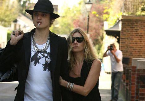 Ünlü model Kate Moss ve asi müzisyen Peet Doherty'nin uyuşturucu ve alkol ekseninde dönen aşkları ise 2007'nun temmuz ayında tamamen bitti. Moss'un 2005'teki 31. yaş gününde tanışan çift, ilişkileri boyunca sürekli ayrılsalar da he seferinde yeniden bir araya gelmeyi başarıyorlardı. Doherty ile birlikte turnelere çıkan Moss, ayrılıklarından birkaç ay önce bu konserlerden birinde sevgilisinden evlilik teklifi dahi aldı.