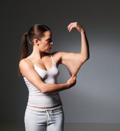 KOL ESTETİĞİ   Üst koların dış kısmındaki belirginlik ve iç kısmındaki sarkma genç bir kadın için çok sıkıntılı olabilir. Kolun dış kısmına liposuction denilen yağın çekilmesi ve iç kısmındaki cilt fazlalığının çıkarılması kol estetiğini sağlar. Ortalama 5 günde iyileşme tamamlanır.