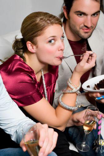 3) NE KADAR TUTKULU OLDUĞUNUZU:   Erkekler, yemekle seks arasında doğrudan bir ilişki kuruyor ve şöyle düşünüyorlar: Masada iştahı açık bir kadının, yatakta da iştahı açıktır! Egzotik yemekleri tercih eden kadın, sekste de yaratıcı ve yeni deneyimlere açıktır. Dolayısıyla, eğer bir erkekle yemek yerken tanıştıysanız (Örneğin bir arkadaşınızın arkadaşıysa ve siz masa başındayken ona uğradıysa), sadece size değil önünüzdeki tabağa da bakacağından emin olabilirsiniz!