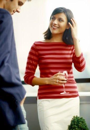 8) ZOR BİR KADIN OLUP OLMADIĞINIZI:   Diyelim ki kalabalık bir barda tanıştınız ve size bir içki ısmarladı. Siz de rom, pembe guava suyu, soda ve buzla yapılan hoş bir kokteyl istediniz. İşte tam o anda, karşınızdaki erkeğin sizinle ilgili önemli ve kendisini yakından ilgilendiren bir bilgiye ulaştığından emin olabilirsiniz! Siz zor beğenen, standartları yüksek, hatta belki de kaprisli bir kadınsınız. Asla, basit olanla, eldeki imkânlarla yetinmiyorsunuz. Dolayısıyla sizinle beraber olmak onu zorlayabilir. Tavsiyemiz şu: Tanışma anında beyaz şarapla yetinin ve lezzetli kokteylleri daha sonraya saklayın.