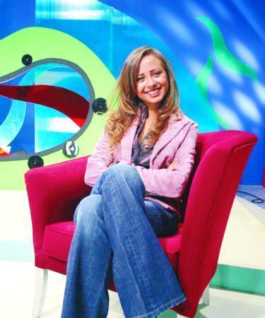 Hosteslik yaptığı yarışma programı sona erdikten sonra 2004 yılında Şaka Şaka programını sundu.