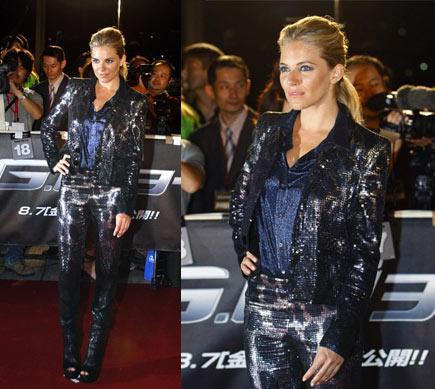 Starlar da leopar sever! Ünlü model Sienna Miller, sadece podyumda giysi taşıyan biri olmaktan çıkalı çok oldu. Artık o başlı başına bir marka… Her giydiğinin olay olmasından ziyade, bizi gıcık eden bir başka şey var ki, o da her giydiğinin ona çok yakışması. Evet, kıskanıyoruz! Bu hayvan desenli, petrol mavisi- siyah-gri metalik pantolon, ceket takımını görünce daha da bir kıskandık.