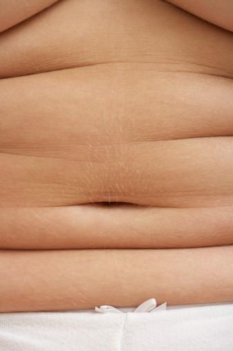 """FAZLA KİLOLAR    İyi yönü: Gardırobundan zaman zaman şikayetçi olsan da fazladan birkaç kilo aslında o kadar da kötü değil. """"Eğer hareket ediyorsan ve iyi besleniyorsan, 4.5-9 kg fazlan olması, sağlık açısından endişelenmen gereken bir konu değildir"""" diyor Big Fat Lies: The Truth About Your Weight and Your Health kitabının yazarı Dr. Glenn Gaesser. Biraz kalça ve basen düşündüğün kadar kötü değil. Bunlar bio-kimya bakımından diğer yağlardan (kalp hastalıkları, diyabet ve kanserle bağlantılı olan karın bölgesindeki yağlardan) farklıdır. """"Kalça ve basendeki yağlar iyi kolesterolle pozitif ve kalp hastalıkları için risk oluşturan kandaki trigliserit oranıyla da negatif ilişkilidir"""" diye belirtiyor Dr. Gaesser. Yapılan bir çalışmada araştırmacılar kalçadaki yağın trigliseriti kan dolaşımından uzak tuttuğu ve iyi kolesterolü bu bölgesinde yağı olmayan bir insana göre daha yüksek seviyede tuttuğu kanısına varmış.  Artan kilolar hastalık habercisi mi?  Kilo vermenin eğrileri doğruları"""