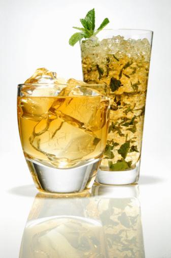 """ALKOL    İyi yönü: Fazla miktarda alkol tüketmek, insanı sarhoş eder. Fakat günde tek bardak içmek belleğinin daha hızlı çalışmasını sağlayacaktır. """"Makul miktarda alkol almak, beyne giden kan akışını arttırır, algı ve kavrama yeteneklerinin zayıflamasını engeller. Bir yandan da iyi HDL kolesterolünü arttırır ve Alzheimer hastalığı ile bağlantılı bir çeşit tabakanın oluşumunu engeller"""" diyor Wake Forest University School of Medicine profesörü Dr. Mark Espeland. Başka bir çalışmada ise zamanla oluşan zihinsel düşüşün, ölçülü içenlerde hiç içmeyenlere göre yüzde 23 daha az olduğu görülmüş. İtalya'daki Campobasso Catholic Üniversitesi araştırmacılarından Giovanni de Gaetano, günde bir bardak şarap içmenin kadınlarda kardiyovasküler hastalıklar riskini yüzde 28 azalttığını açıklıyor.  İçkilerin alkol ve kalori miktarları  Şarap hakkında gerçekler"""