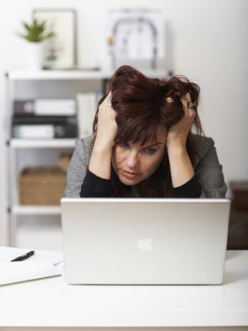 """STRES    İyi yönü: Kendimizi bitkin ve yıpranmış hissettiğimizde """"om"""" demeye şartlandırılmış olsak bile 'eustress"""" yani sağlıklı stres denilen bir şeyin de olduğunu söylemek gerekiyor. Faydası: Fizyolojik ve psikolojik hali yükseltmesi. """"Eğer uygun bir şekilde tepki verirsen, stres proje ve işlerini tamamlayabilmen için motivasyonunu tetikleyici bir şekle dönüştürür"""" diyor stres uzmanı doktor Melisa Stöppler. Kısa dönemli stres sağlıklı bile olabilir. Örneğin iş görüşmeleri, toplum önünde konuşmak veya teste girmek vücudunun yara ve enfeksiyonlarla mücadele edebilmesi için antikor üretmesini teşvik eder. Dr. Stöppler """"Kısa dönemli, ani stres, bağışıklık sistemini tetikleyerek tekrardan iyi bir şekilde çalışmasını sağlar"""" diye özetliyor.   İşyerinde stresi azaltmanın 8 yolu  Bu kokular stresi azaltıyor!"""