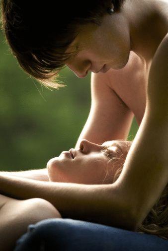 CİNSEL GEÇMİŞİNİ KURCALAMAKTAN VAZGEÇİN!  Biz kadınlar, az önce sözünü ettiğimiz merakı tatmin etmek için sevgilimize eski sevgilisi ile olan cinsel hayatı, o zamanki duyguları, yatakta iyi olup olmadığı gibi tehlikeli konularda sorular sorarken aslında ateşle oynadığımızın farkında dahi değiliz. Oysa sağlıklı bir ilişkinin temeli geçmişi kurcalamaktan çok bugünü yaşamaktan geçiyor. Eski sevgilisiyle yaşadıklarını gündeme taşıyarak, kısacası ona geçmişi hatırlatarak sadece kendi kuyumuzu kazmış oluyoruz. Özetle eski sevgilinin varlığını önce bizler unutmalıyız. Zira o artık bizimle!  Şu anda arzulanan tarafız, uyandığında bizi görmek istiyor, sosyal hayatını bizimle paylaşıyor. Bu yüzden günü yakalamayı ve güzel anları çoğaltmayı öğrenmeliyiz. 'Dün ne oldu? Yarın ne olacak?' tarzındaki takıntılı düşüncelerle kendimizi ve birlikte olduğumuz erkeği bunaltmak yerine, aramızdaki yoğun cinsel çekimin değerini bilmeli ve bu çekimi, ilişkimizi sağlam kılmaya yönelik çok özel bir paylaşım olarak görmeliyiz.