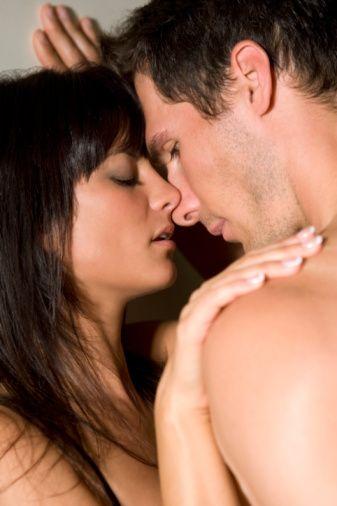DAHA İYİ DEĞİL, DAHA FARKLI OLMAYI HEDEFLEYİN!  Eski sevgilisini tanımıyorsunuz; tanıyor olsanız bile libidosunu keşfedemeyeceğiniz kesin! Zaten yatakta 'iyi' olmanın ölçütü de kişiden kişiye göre değişen gayet göreceli bir kavram. Ancak erkeklerin sevişirken yeniliklere açık ve daha önce yaşamadığı deneyimler konusunda hevesli olduğu da bir gerçek. Bu nedenle eski sevgilisinden daha iyi öpüşmeye, daha iyi dokunmaya, daha iyi sevişmeye çalışmak gibi anlamsız bir rekabete girişmek yerine, yatakta tamamen kendi tarzınızı ortaya koyun.   Çünkü siz sizsiniz ve başka birine benzemeye de ihtiyacınız yok! Eski sevgilinin nefret ettiği bir pozisyona bayılıyor olabilirsiniz ya da onun vücudunda dokunulmasından nefret ettiği bir bölge sizin ikinci G noktanız olabilir. Daha önce de belirttiğimiz gibi iyi ya da kötü, beceri ya da beceriksizlik değil, tarz önemlidir! Eğer kendinizi rahat, güvenli ve birlikte yol almaya açık hissederseniz, bu ona yansıyacaktır.