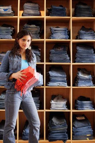 Jean alışverişi sırasında nelere dikkat etmeliyim? •Jean pantolonu denedikten sonra mutlaka oturun ya da eğilin. Rahat bir şekilde oturamadığınız pantolon iyi bir seçim değildir.   •Ellerinizi pantolonun yan ceplerine sokarak derinliğini kontrol edin. Ön cepler biraz sığ olmalıdır.   •Eğer kemer kullanmayı seviyorsanız alışveriş ederken yanınıza en sevdiğiniz kemerinizi de götürmenizde yarar var. Bütün pantolonların kemer yerleri standart boyutlarda olmaz.   •Bol kesimlerin sizi daha kilolu, bacak boyu uzun olanların da daha uzun göstereceğini unutmayın.   •Prova kabinine girerken yanınıza farklı modellerden alın. Böylece karşılaştırma imkanınız olur.