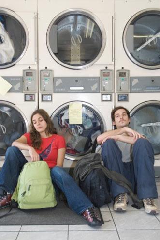 Jean bakımı ve kullanımıyla ilgili püf noktalar  Çamaşır makinesinde kaç derecede yıkamalıyım?  İdeal sıcaklık 40˚C'dir. Koyu ve açık renk denimlerinizi beraber yıkamamaya özen gösterirseniz, renklerini uzun süre koruyabilirsiniz.   Yıkarken yumuşatıcı kullanmamın bir sakıncası var mı?  Etiketinde tavsiye edildiği miktarda yumuşatıcı kullanmanın bir sakıncası olmaz.   İdeal kurutma yöntemi nedir?  Yüksek dönme hızına sahip kurutucuda kurutmak en iyi yöntem olsa da, kendi kendine kurumaya bırakmak da tavsiye edilir.   Renklerini daha uzun süre korumak için ne yapmalıyım?  Ters çevirerek yıkama yapmaya ve ütülemeden önce hafif nemli olmalarına özen gösterin.   Eski denimlerimin rengi çok solgun görünüyor. Ne yapmalıyım?  Eski deniminizi yeni bir denimle çamaşır makinesinde yıkarsanız, rengini biraz canlandırabilirsiniz.
