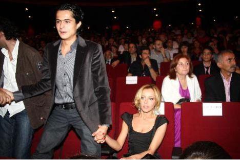Yakışıklı oyuncu İsmail Hacıoğlu ile başarılı ve güzel oyuncu Vildan Atasaver'in dizi setinde başlayan aşklarını artık gizlemiyorlar.