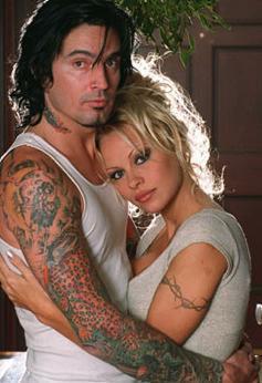 Pamela Anderson- Tommy Lee   Çılgın müzisyen- oyuncu evliliklerine çarpıcı bir örnek Lee ile Anderson'ın evliliği... Anderson ile Motley Crue grubunun davulcusu Tommy Lee tanıştıktan sadece 5 ay sonra Meksika'da bir kumsalda düzenlenen törenle evlendi.