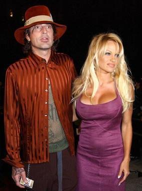 Çiftin evliliği hakkında ortalıkta öyle çılgın söylentiler dolaşıyordu ki.. Bazılarına göre şehir efsanesi olan bu söylentilere göre çift, Los angeles'teki evlerinde Rock müzik sanatçısı Tommy Lee'nin piyanosunun üzerine tavandan aşağı bir salıncak asmış. Tommy Lee, piyanosunun başında Rock müziğine yeni parçalar kazandırırken Pamela anderson da çırılçıplak salıncakta sallanıyormuş.