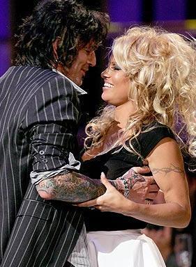 Çiftin ilk çocuğu Brandon 1996 yılında dünyaya geldi. Bir yıl sonra da ikinci çocukları Dylan. Bir süre sonra ise Pamela Anderson, kocasının ona şiddet uyguladığını ileri sürerek boşanma davası açtı.   Karı koca boşandı, sonra tekrar evlendi. Üstelik bu üç kez tekrarlandı. Sonunda tamamen ayrıldılar. Hatta geçen yılki bir ödül töreninde Anderson'ın iki eski kocası Tommy Lee ve Kid Rock, seksi yıldız yüzünden birbirlerine girdiler.