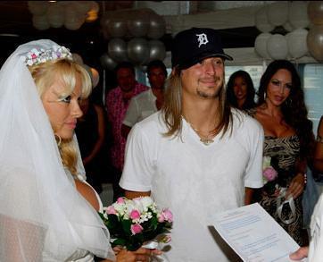 Pamela Anderson- Kid Rock  Pamela Anderson, çok konuşulan evliliklerinden birini de Kid Rock ile yaptı. Anderson ile kendisinden 4 yaş küçük müzisyen Kid Rock, 2006 yılında evlendiler.