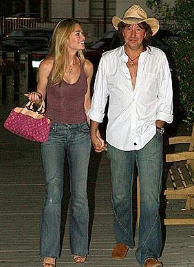 Charlie Sheen ile sorunlu bir boşanma yaşayan Richards ile Sambora'nın ilişkisi bir süre devam etti.