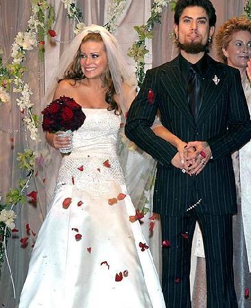 Carmen Electra- Dave Navarro   Seksi yıldız Carmen Electra, Red Hot Chilli Peppers grubunun eski gitaristi Dave Navarro ile 2003 yılında evlendii.
