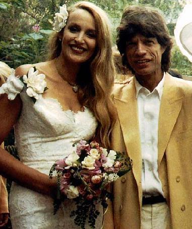 Mick Jagger- Jerry Hall  Jagger 10 yıl süren bekarlık hayatının ardından 1990'da dönemin ünlü mankeri Jerry Hall ile evlendi.