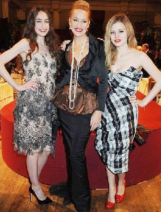 Jagger ve Hall 1999'da boşandı. Çiftin iki kızı Elizabeth ve Georgia Jagger güzelliklerini annelerinden aldı.