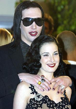Bunun nedeni ise Manson'ın eşini genç yıldız Evan Rachel Wood ile aldatmasıydı.