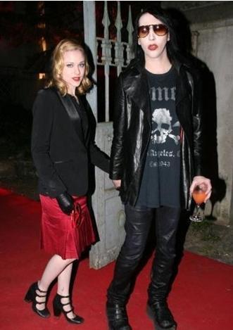 Marilyn Manson- Evan Rachel Wood  Manson evli olmasına rağmen bir partide tanıştığı Wood'dan çok etkilendi.