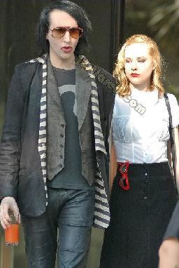 Anlatılara göre Manson, Wood ile tanıştığı partide onun üzerindeki kostüme hayran olmuş.Manson içinde bulunduğu depresyondan da genç yıldız sayesinde kurtulmuş.