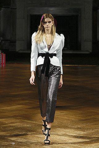 Roksanda Ilincic ve Dolce & Gabbana, sonbahar/kış 2009-10 sezonunda vatkayı en cömert kullanan isimler. Ellerini korkak alıştırmayıp, iri omuz meselesine son noktayı koymuş gibiler. Dolce & Gabbana için konuşmak yersiz, ama Roksanda Ilincic'in bu koleksiyonu ile bugüne kadar basından hiç olmadığı kadar ilgi görmesi, hayra alamet.