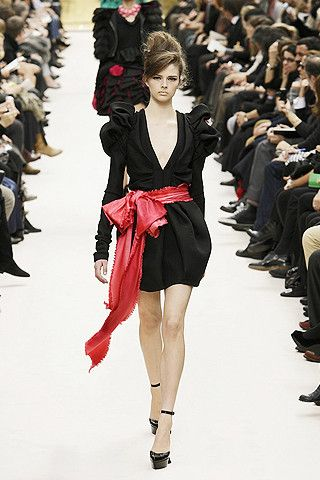 Marc Jacobs da kendini akıntıya bırakan modacılardan. Louis Vuitton için yaptığı tasarımlara baktığımızda 80'lerden ve özellikle de geniş omuzlardan ilham aldığı oldukça açık.