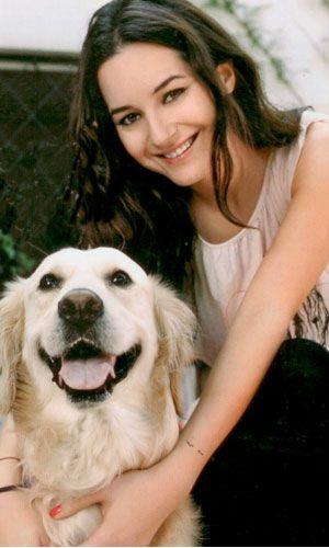 Herkesin bir dostu vardır bu hayatta...Kimilerimizin en yakın dostu ise sahibi olduğumuz köpeklerdir.Sadık,yalan söylemeyi bilmeyen, her an bizimle beraber olmak isteyen bu varlıklar çoğu zaman belki de insanlardan daha yakındır bize...Çevrenize dikkat ederseniz,tüm köpek sahiplerinin aslında köpekleriyle karakteristik olarak da benzeştiklerini fark edersiniz.Zaten bu da birçok psikolog ve sosyolog tarafından kabul edilmiş bir durum.Hafta Sonu Dergisi'nin yaptığı araştırmada ünlüler ve onlara benzeyen köpeklerini merakla okuyacaksınız....  Sedef Avcı  Genç oyuncu Sedef Avcı'nın, 'Oscar' adında golden retriever türünde sevimli mi sevimli bir can dostu var.