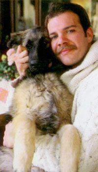 Tolga Karel  Asi oyuncu Tolga Karel Şanslı adlı bir kurt köpeği besliyor.