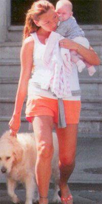 Pınar Altuğ  Sunucu-oyuncu Pınar Altuğ'un Moet adında golden retriever cinsi bir köpeği var.Her gün kızı Su ve köpeği ile birlikte yürüyüş yapıyor.