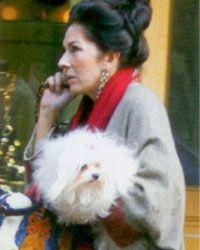 Berna Akar  Cemiyet hayatının tanınmış isimlerinden Berna Akar, cinsi malta terrier olan bir köpeğe sahip.Adı ise Lokum.