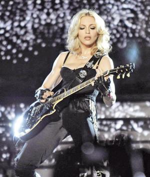 MADONNA  Madonna'nın en büyük korkusu gök gürültüsü... Pop müziğin divası, kötü havalarda çocuk gibi yorganın altına saklanıyormuş.