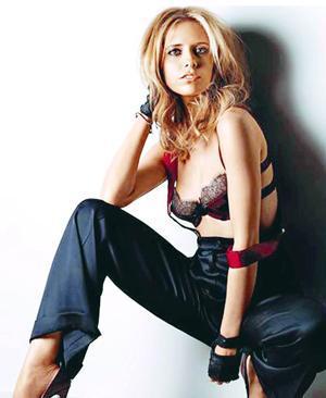 """SARAH MICHELLE GELLAR  Sarah Michelle Gellar'ın fobisi mezarlıklar. """"Buffy the Vampire Slayer"""" dizisinin çekimleri için yıldız oyuncuya kendini rahat hissedebileceği yapay bir mezarlık inşa edilmiş."""