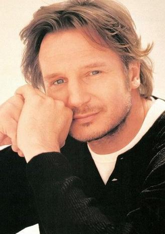 YÜKSEKLİKTEN HOŞLANMIYOR  Sinemanın en uzun boylu aktörlerinden biri olan Liam Neeson yüksekten korkuyor.
