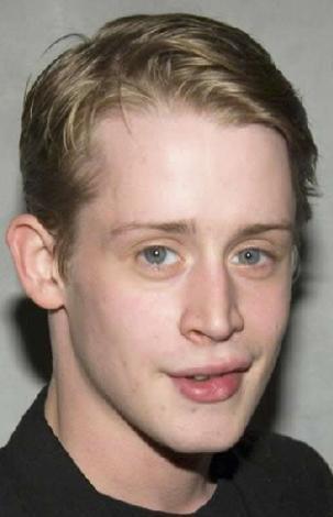 AÇIK ALAN KORKUSU VAR  Evde Tek Başına adlı filmle ünlenen Macaulay Culkin'de agorafobi yani açık alan korkusu var. Genç aktör uzunca bir süre de New York'taki dairesinden dışarı çıkmadan yaşamaya çalışmış. Çünkü evinden ayrıldığında panik atak geçiriyormuş.