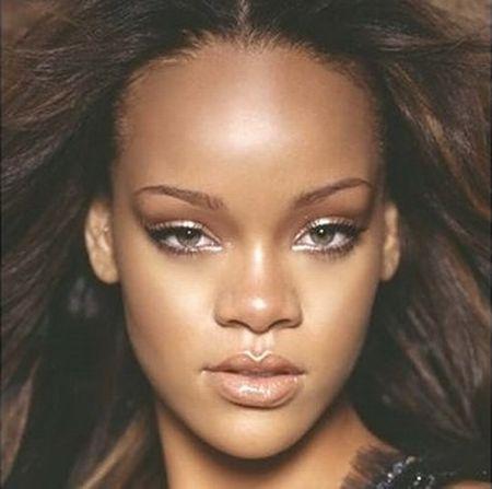Rihanna Ünlünün fotoğrafları için tıklayın...