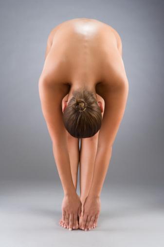 ESNEKLİK Esnek bir beden, arkaya bakmak yüksekten bir şeyi uzanıp almak eğilmek gibi gündelik hareketleri kasları zorlamadan yapabilmek anlamına gelmektedir. Yaşlandıkça biyolojik dokular, kaslar, tendonlar, bağdokular esnekliklerini yitirir. Ayak parmaklarından boyuna kadar tüm eklem sistemi yavaşça bozulur hatta artroz denen rahatsızlık ortaya çıkabilir. Esnekliğin yitirilmesi; diyabet, hiper tansiyon, kilo sorunu, kolesterol gibi hastalıkları beraberinde getirebilir.   Test Bacaklarınızı birleştirin, dizlerinizi kırmadan öne doğru eğilerek el parmaklarınızla ayak parmaklarınızı yakalamaya çalışın.   Egzersiz Boynunuzdan başlayıp sırtınızdan geçen ve bacaklarınızın arkasını kaplayan kas grubunu çalıştınn... Ayağa kalkın, bacaklarınızı omuz hizasında açın sırayla her iki yana eğilip ayaklarınıza dokunmaya çalışın.   Öneri Yoga ve pilates kas sistemini harekete geçirir.